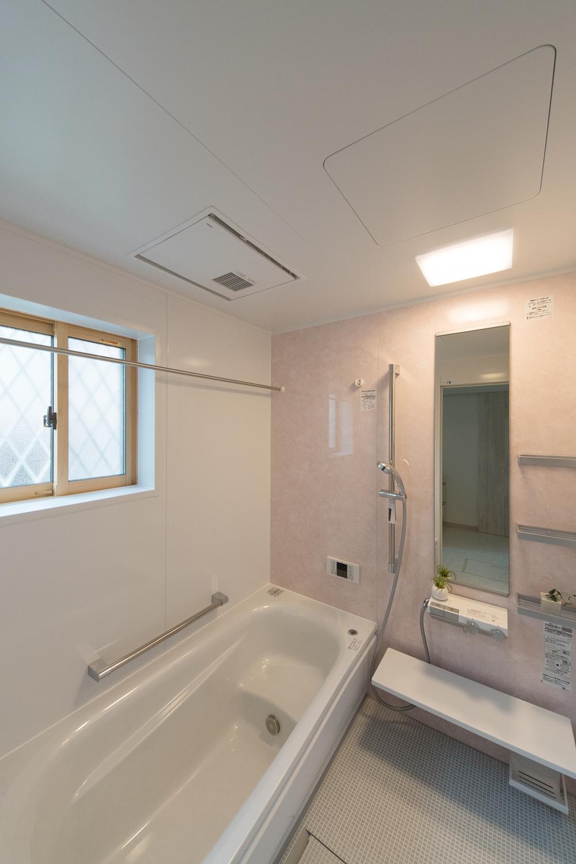 大理石をモチーフにした華麗な壁のアクセントパネル。派手すぎない上品なピンクです。