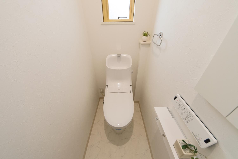 白を基調とした清潔感のある2Fトイレ。小窓からの光が明るさをプラスします。