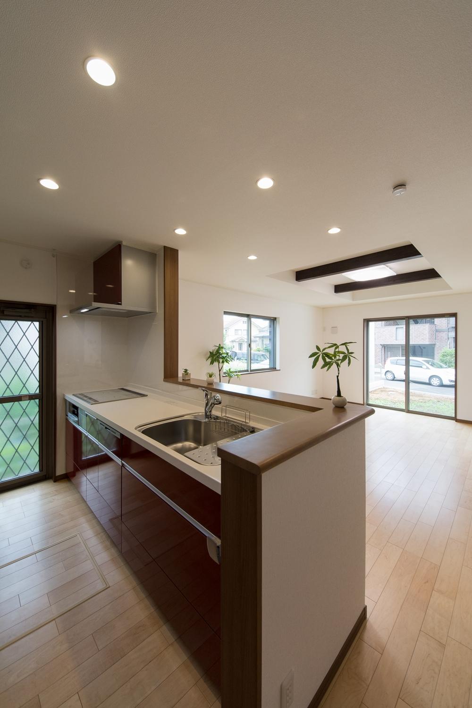 キッチン扉カラーはディープレッド色。とても綺麗で、高級感があります。
