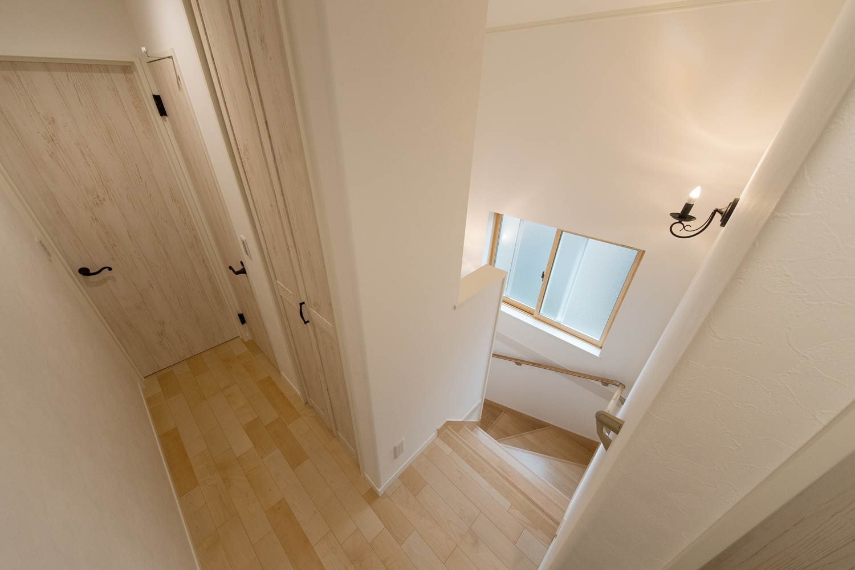 窓からの穏やかな光が差し込む開放感のある2Fホールと階段。