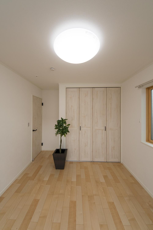 2F洋室/白いエイジング調の建具。幅広くお部屋のコーディネイトを楽しめます。