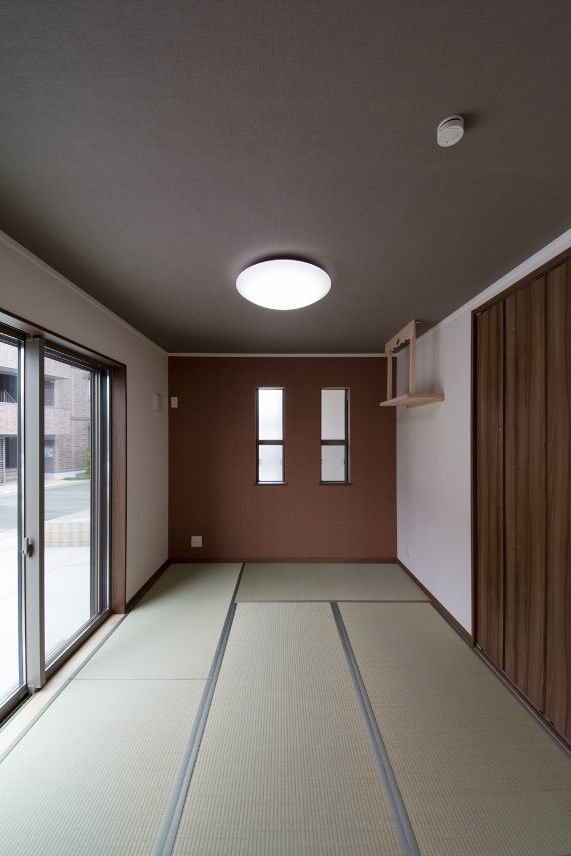 畳のさわやかなグリーンが空間を彩る1階畳敷きスペース。ブランのアクセントクロスがモダンな空間を演出。