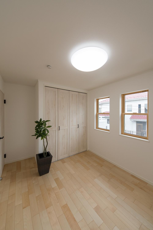 2F洋室/2連の上げ下げ窓が、やさしい光とさわやかな風を室内へと誘います。