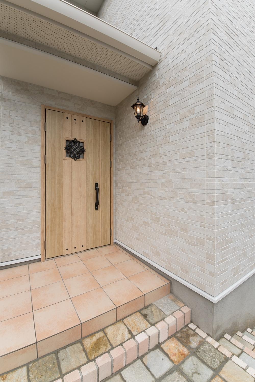 玄関に施した花のオーナメントとアンティーク調のポーチライトが温かみをプラスします。