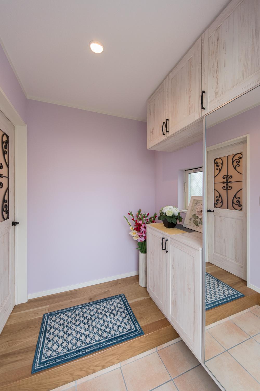 パステルカラーのクロスに玄関ドアと収納BOXのシャビー感が甘さと大人っぽさを持った空間を演出。