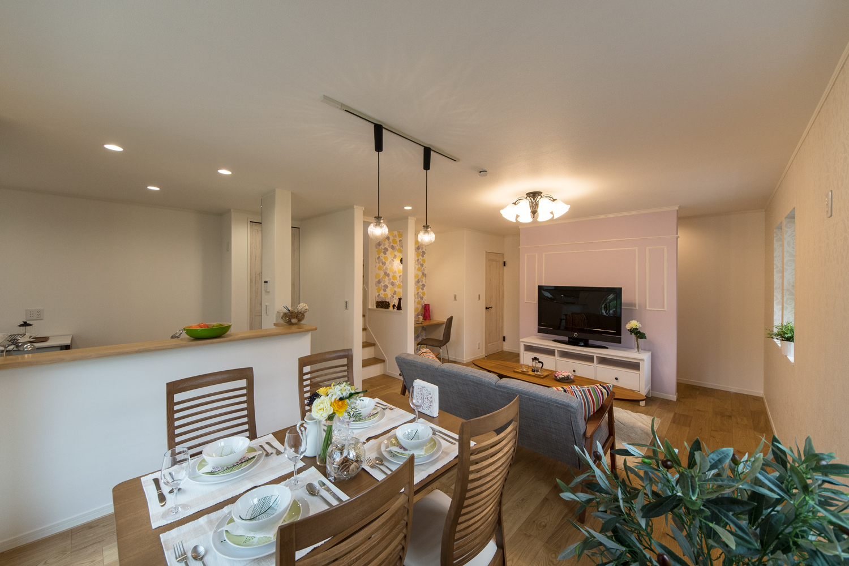 愛らしい色彩や素材感。穏やかで上品な空間のコンテンポラリースタイル住宅。
