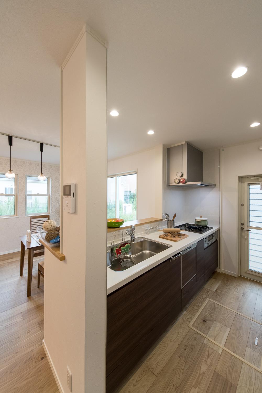 食器洗い乾燥機を装備し、見た目も機能美も追及したキッチン。