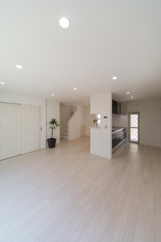 真っ白の空間が室内全体を明るく演出します。