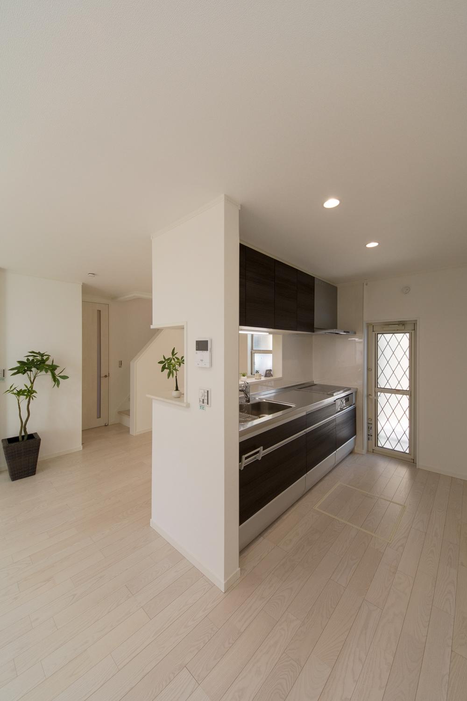 木目調のダークブラウン色キッチン扉が、モダンで落ち着いた空間に。