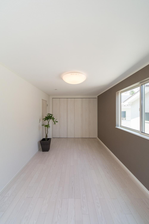 2階洋室/アッシュホワイトのフローリングが、爽やかで明るい空間を演出します。