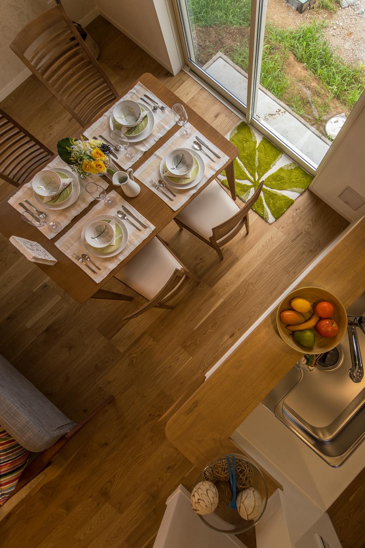 しっかりした木目、特徴的な柾目の斑紋が正統を印象づける「オーク」のフローリングがナチュラルな空間を演出。