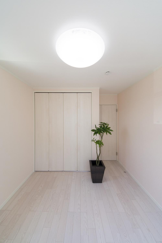 2階洋室/アッシュホワイトのフローリングと建具が、爽やかで明るい空間を演出します。