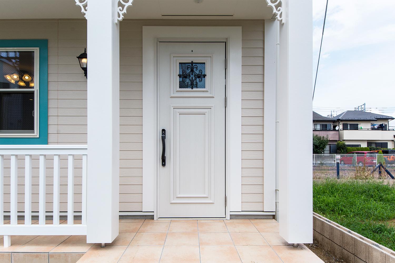 アンティーク調のオーナメントを施したホワイトの玄関ドア。