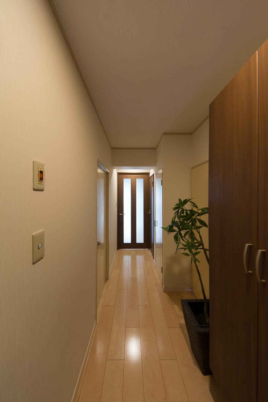 廊下/カーペットを撤去して、フローリングにしました。LDK入口のドアも、ガラス窓付タイプにし明るいイメージになりました。