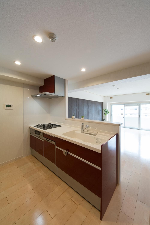 壁付けタイプからリビングを見渡せる対面式キッチンに大変身。家事をしながらご家族との会話も弾みます。