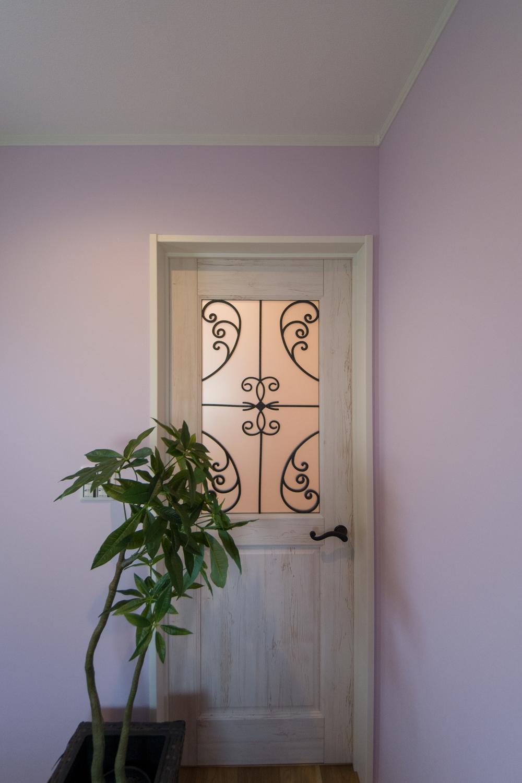 パステルカラーのクロスに室内ドアのシャビー感が甘さと大人っぽさを持った空間を演出。