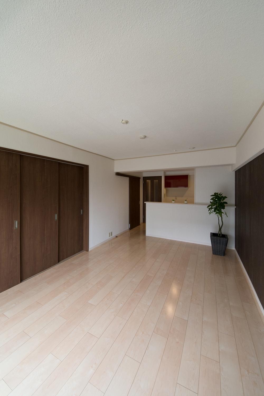 明るく開放的な空間に大変身。LDK入口付近は、元々廊下でした。廊下を一部無くし、キッチンスペースを広くしました。