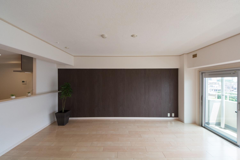 天井をはじめお部屋全体のクロスを張り替えました。木目調のアクセントクロスがモダンな空間を演出。