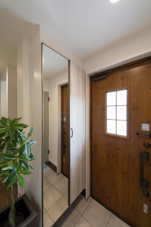 アンティーク調の玄関ドアとエイジングペイント調の玄関収納。