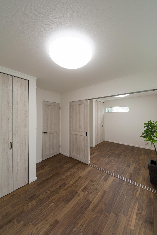 1階洋室/深い色味のフローリングと白いエイジング調の建具との組合せ。幅広くお部屋のコーディネイトを楽しめます。