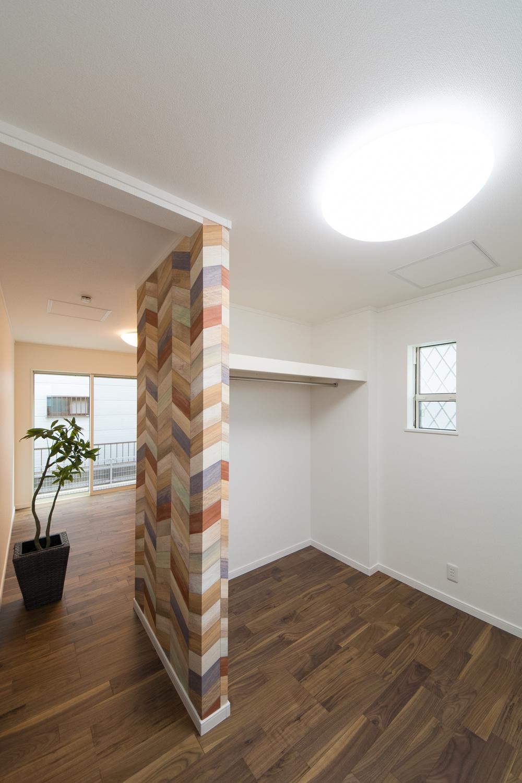1階洋室/インパクトのあるカラフルな柄のアクセントクロスをポイントにして使うことでハイセンスな空間に。