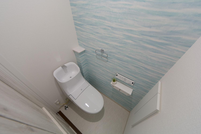 2階トイレ/爽やかなブルーのアクセントクロスは海面をモチーフにしたデザイン。