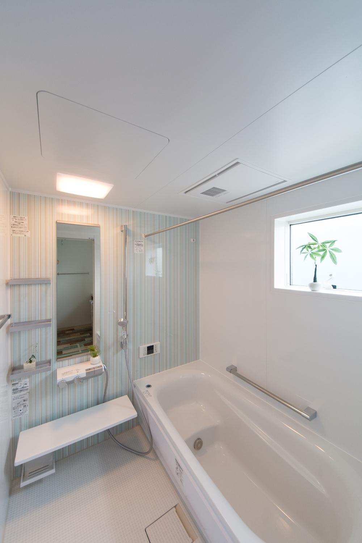 2Fバスルーム/ミントカラーをベースにリズミカルにアレンジした柄のアクセントパネルが爽やかな空間を演出。