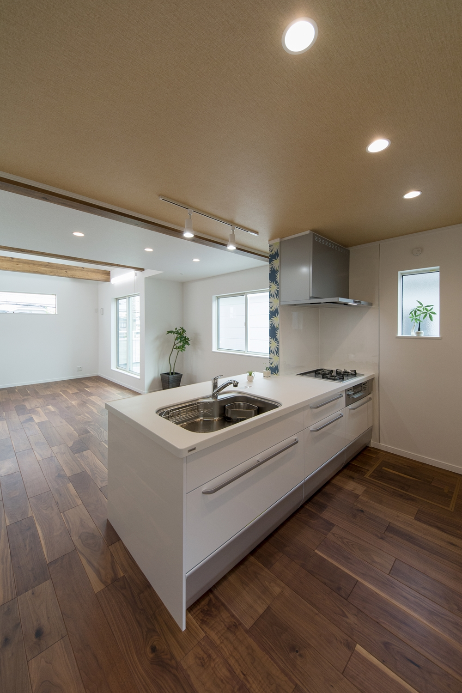 清潔感のある真っ白なキッチンはペニンシュラタイプ。