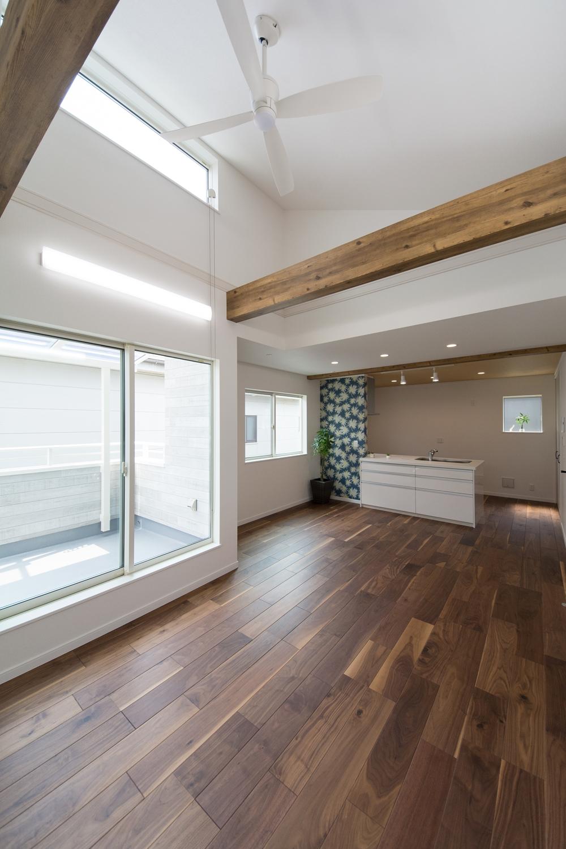 2階LDK/真っ白の高い天井に、化粧梁とインテリアファンがアクセント。