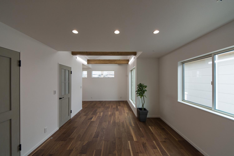 2階LDK/壁の白をベースに、フローリングと化粧梁の深い感じの色味が空間にメリハリを与えています。