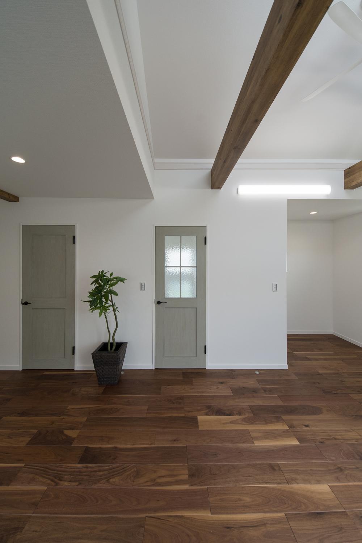 2階LDK/建具カラーは、「エイジング表現」により、まるで手作りのような素朴で趣きのあるデザイン。いい感じのグリーン色。