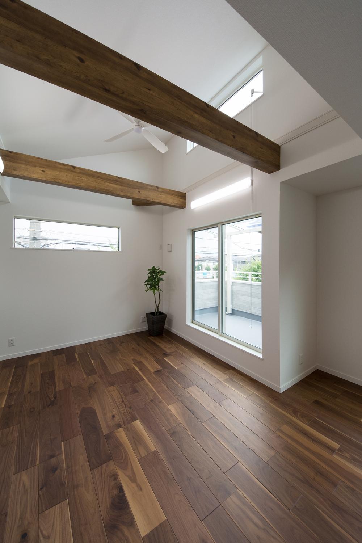 2階LDK/化粧梁が天井のアクセントに。
