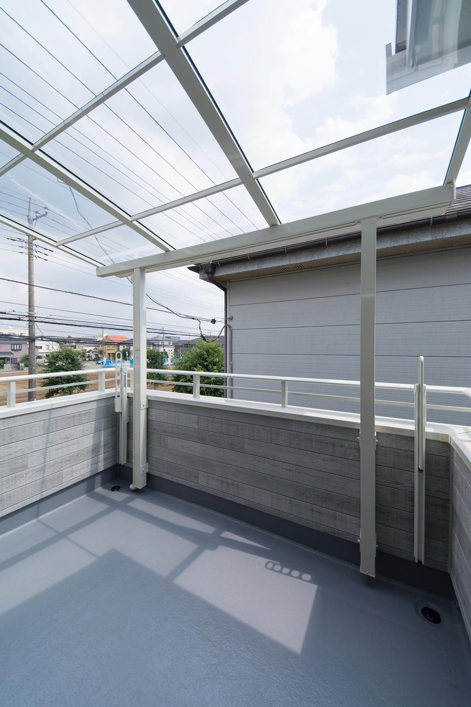 """リビング隣の屋根付2Fバルコニー。光と風が心地よく交わる""""もう一つの部屋""""のようなスペース。"""