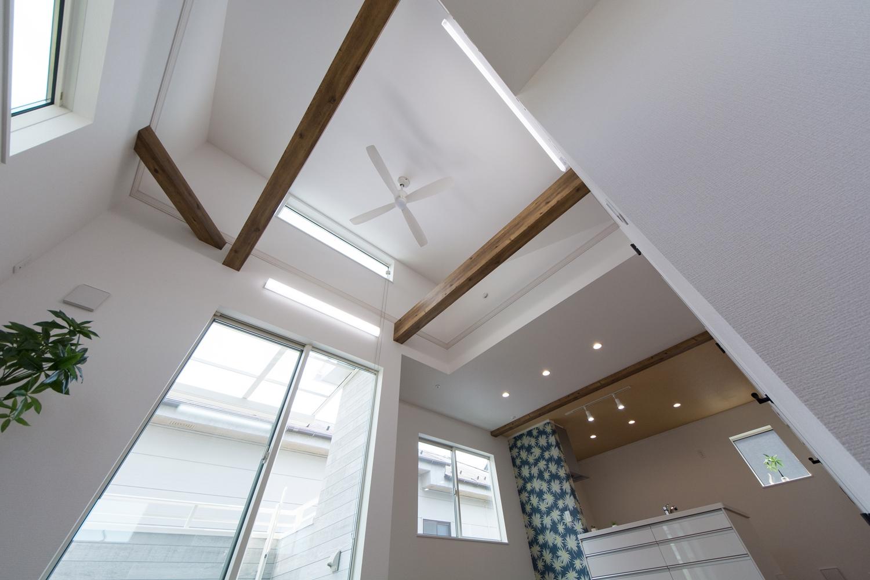 2階LDK/屋根の形に合わせて傾斜を持たせた勾配天井を設えました。空間が広がり明るく開放的です。