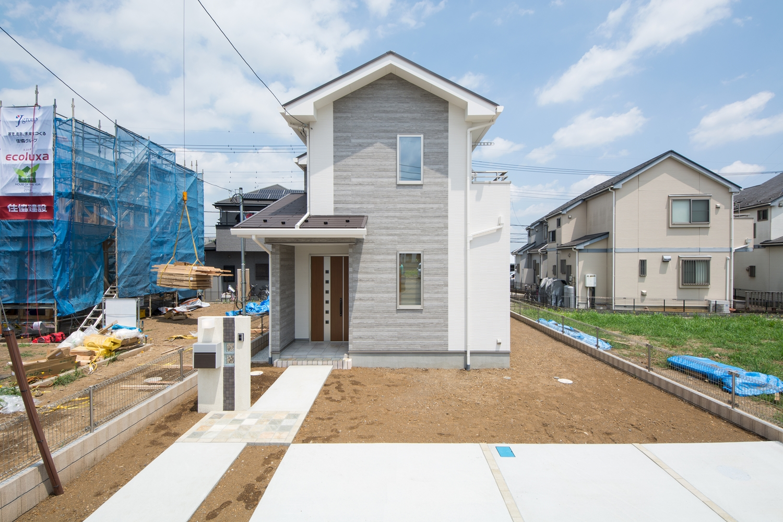 木目の優しい風合いとコンクリートが持つシャープな印象、木枠コンクリート調のサイディングをアクセントにしたナチュラルとモダンを併せ持った外観。