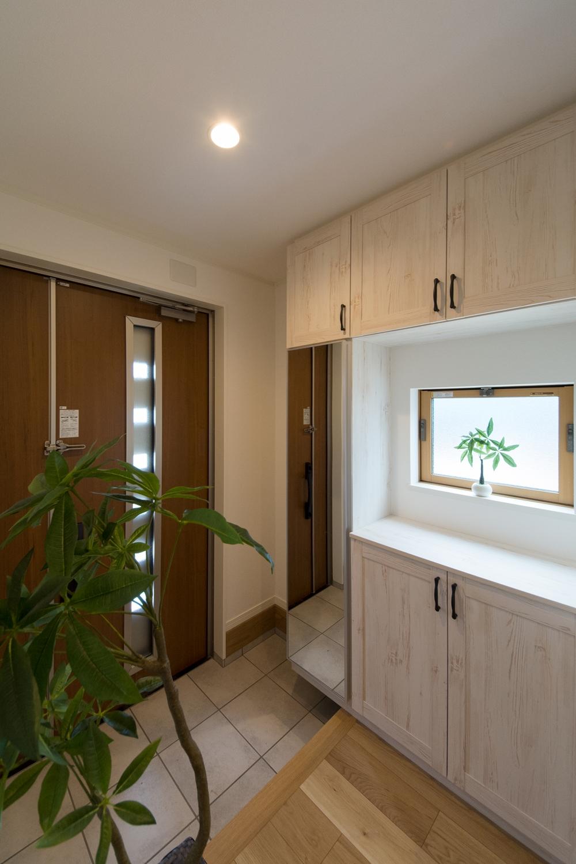 自然光が差し込む、明るく開放感のある玄関。気持ち良くお客様をお迎えできます。