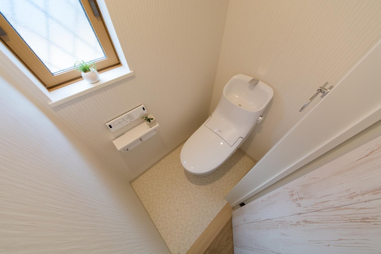 白を基調とした清潔感のある1階トイレ。小窓からの光が明るさをプラスします。
