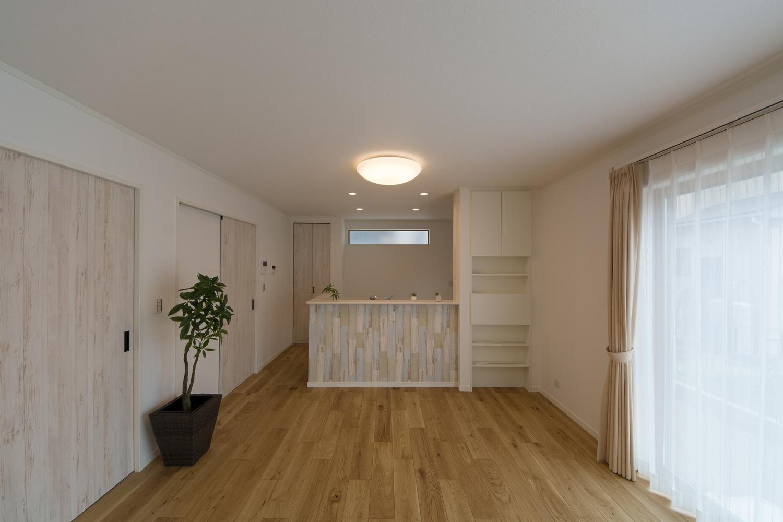シャビー感のある木目調クロスやドアがアクセントになってオシャレな空間を演出します。