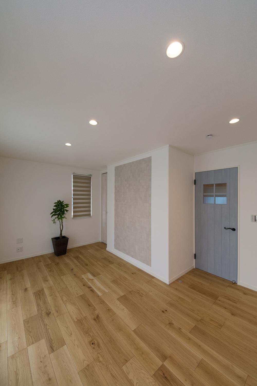 エージング加工されたブルーペイントのドアが空間を彩ります。