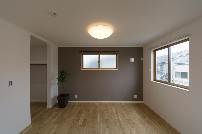 2階洋室/グレーのアクセントクロスが空間を引き締め、モダンな雰囲気を演出。