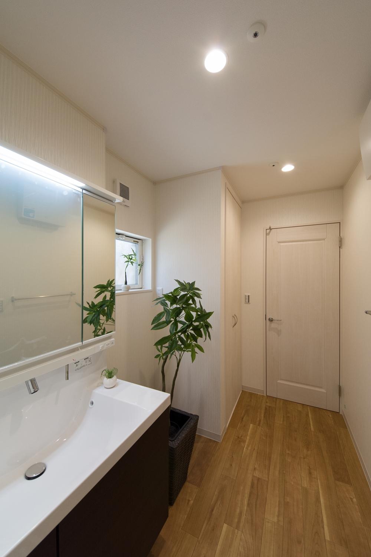 タオルや洗剤等をたっぷりしまえる収納BOXを設置したサニタリールーム。