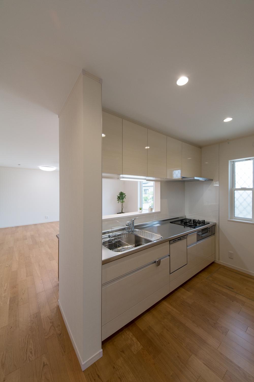白い木目の風合いが美しい、光沢仕上げのキッチン扉カラー。