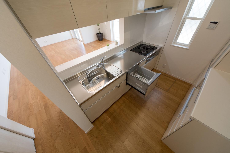 食器洗い乾燥機や吊戸棚などを装備し、機能美を追及したキッチン。