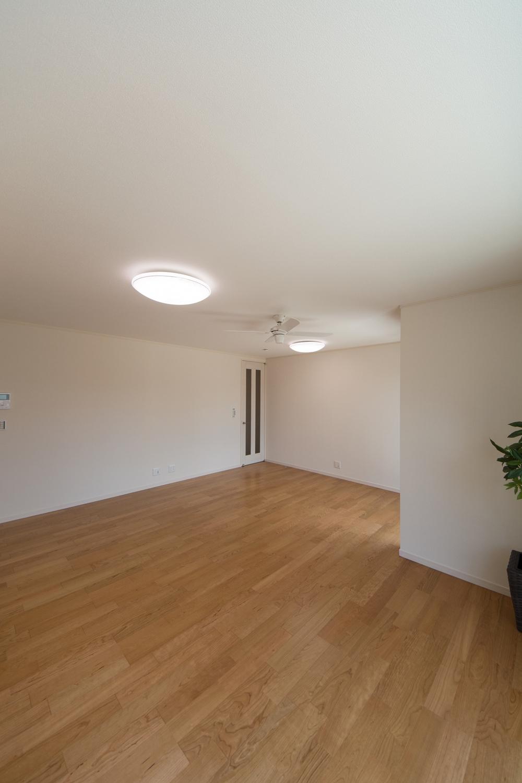 家族が寛ぐ開放的で伸びやかな空間のリビング。インテリアファンを設置して空気の流れで快適な居住空間を可能に。