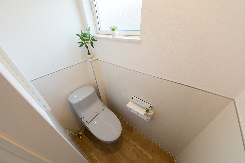 2階トイレ/白を基調とした清潔感のある室内空間。