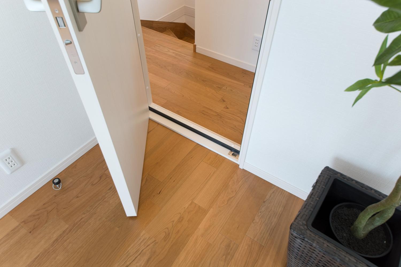 2階洋室/防音タイプのドアと床を設えました。趣味の音楽やホームシアターを思いっきり楽しめます。