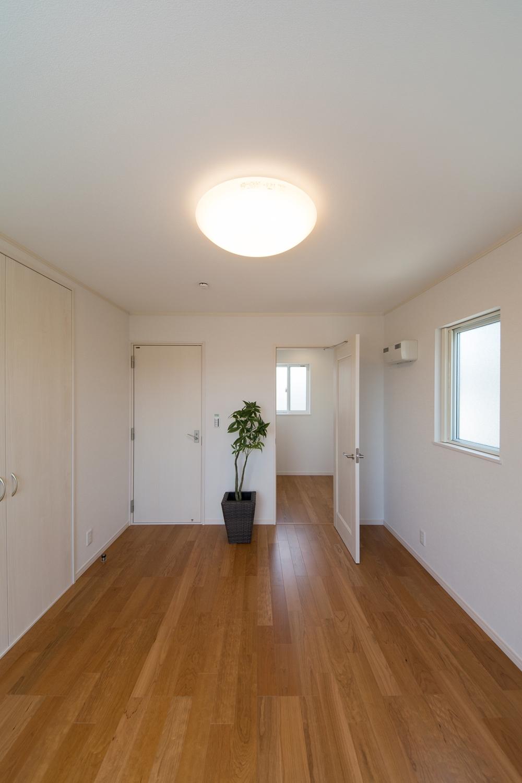 2階洋室/使い方色々の納戸スペースを設えました。
