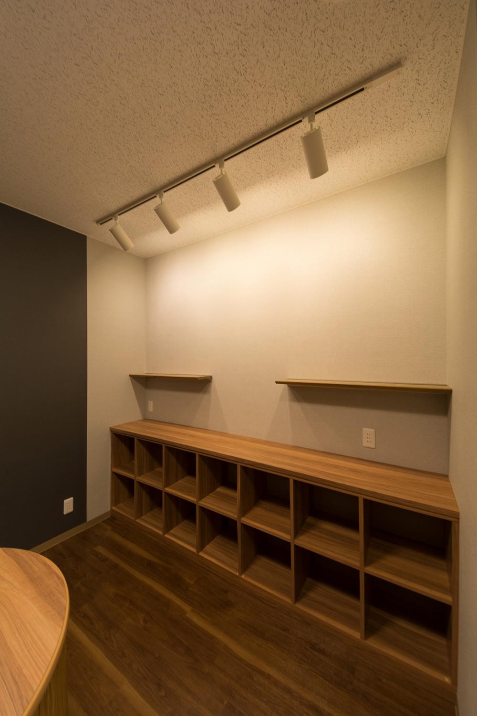 木目調のデザインをアクセントにしたナチュラルで落ち着いた印象の展示スペース。