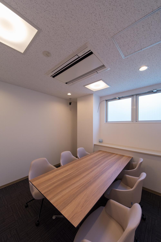 白を基調とした清潔感のあるミーティングルーム。