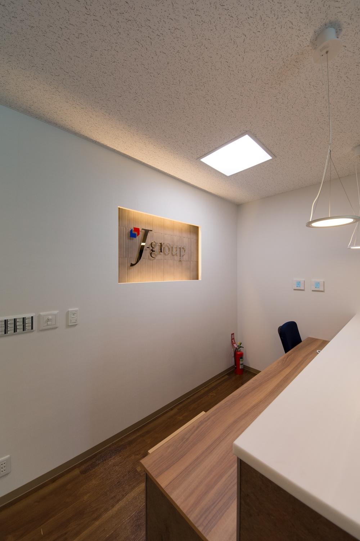 受付/白と木目調のブラウン系カラーを組み合わせた、シック&ナチュラルな空間。